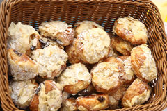 Chouquettes сахар-покрыло слойки печенья с хлопьями миндалин и завалкой шоколада Стоковое фото RF