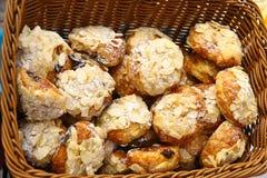 Chouquettes сахар-покрыло слойки печенья с хлопьями миндалин и завалкой шоколада Стоковая Фотография