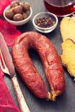 Chourico fumé de saucisse avec du pain de maïs sur le fond noir Image stock