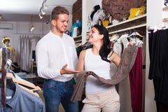 Chousing jeans för par Royaltyfri Foto