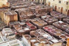 Chouwara皮革传统皮革厂在Fes El巴厘岛,摩洛哥古老麦地那  免版税库存图片