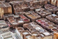 Chouwara皮革传统皮革厂在Fes El巴厘岛,摩洛哥古老麦地那  免版税库存照片