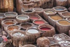 Chouwara皮革传统皮革厂在Fes El巴厘岛,摩洛哥古老麦地那  库存照片