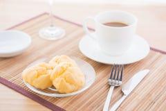 Choux bakelse och kaffe Arkivbild