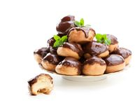 Choux caseiros do profiterole com ganache do chocolate na placa imagem de stock royalty free