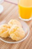 Choux ciasto i sok pomarańczowy Obraz Stock