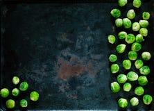 Choux de bruxelles frais sur le fond rouillé en métal de vintage, légumes pour la cuisson saine, configuration d'appartement, l'e image stock