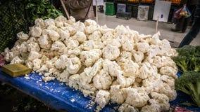 Choux-fleurs et broccolies frais sur un compteur dans un bazar turc typique de greengrocery à Eskisehir, Turquie Images stock