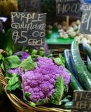 Choux-fleurs pourpres à vendre Photo libre de droits
