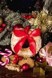 Choux pâtisserie et biscuits d'anneaux de souffle crème sur la sucrerie de fête Cane Christmas Wreath de concept de nourriture de image stock