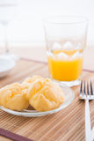Chouxbakelse och orange fruktsaft Royaltyfri Foto
