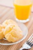 Chouxbakelse och orange fruktsaft Fotografering för Bildbyråer