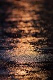 Chova deixar cair e reflexão da água na estrada com luz na estação das chuvas foto de stock