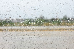 Chova a gota no vidro no dia chuvoso Foto de Stock