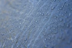 Chova gotas na superfície de um close-up tomado barraca do turista fotografia de stock royalty free