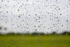 Chova gotas no para-brisa, fundo abstrato do borrão Foto de Stock Royalty Free