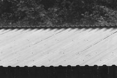 Chova gotas no telhado do metal em um dia de verão Foto de Stock Royalty Free