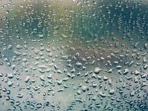 Chova gotas no vidro de janela, fundo melancólico abstrato fotos de stock