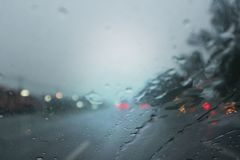 Chovendo na noite na rua, a água deixa cair imagens de stock