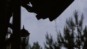 Chover pesado, ?gua do telhado que deixa cair para baixo Pingos de chuva do telhado vídeos de arquivo