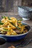 Chow βόειου κρέατος mein σε ένα τηγανίζοντας τηγάνι κινεζικά τρόφιμα Στοκ Εικόνα