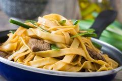 Chow βόειου κρέατος mein σε ένα τηγανίζοντας τηγάνι κινεζικά τρόφιμα Στοκ Εικόνες