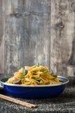 Chow βόειου κρέατος mein σε ένα τηγανίζοντας τηγάνι κινεζικά τρόφιμα Στοκ εικόνες με δικαίωμα ελεύθερης χρήσης