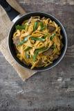 Chow βόειου κρέατος mein σε ένα τηγανίζοντας τηγάνι κινεζικά τρόφιμα Στοκ Φωτογραφία