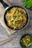 Chow βόειου κρέατος mein σε ένα τηγανίζοντας τηγάνι κινεζικά τρόφιμα Στοκ εικόνα με δικαίωμα ελεύθερης χρήσης