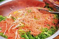Chow Mein Pink en un cuenco grande Imagen de archivo
