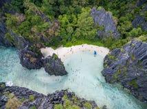 Chowana plaża w Matinloc wyspie w El Nido, Palawan, Filipiny Wycieczki turysycznej C trasa i Zwiedzający miejsce obrazy stock