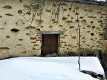 Chowany drzwi i śnieg zdjęcia royalty free