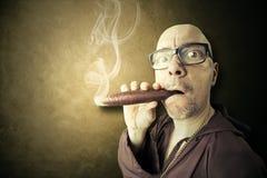 Chowany ksiądz dymi duży sigar Zdjęcia Stock