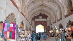Chowk histórico tradicional de Chatta do mercado do artesanato nos turistas vermelhos da Índia de Nova Deli do forte que andam em video estoque