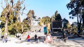 Chowrasta,大吉岭,西孟加拉邦,印度- 2018年12月:美丽的大吉岭购物中心在一个冷的清楚的冬天早晨 ?? 免版税库存图片