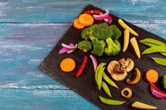 choy未加工的绿色菜沙拉、莴苣、的bok,玉米、硬花甘蓝、皱叶甘蓝、五颜六色的年轻红萝卜和花椰菜o品种  库存照片