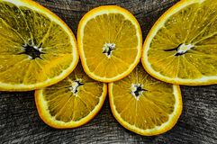 Choyant dans la cuisine, orange, tranches oranges juteuses sur une planche à découper image libre de droits