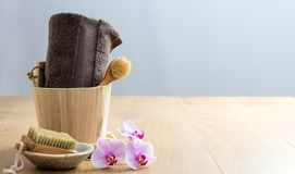 Choyer le soin de corps et d'ongle avec les orchidées en bois de zen de brosses photo stock