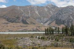 Choza abandonada en una orilla del río de la montaña Fotos de archivo libres de regalías