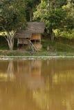 Choza aborigen en selva tropical por el río Fotografía de archivo