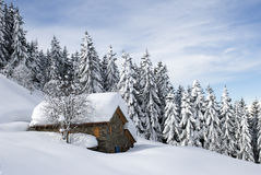 Choza alpestre bajo nieve Imagen de archivo libre de regalías