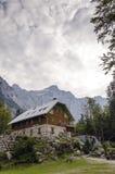 Choza alpestre en el valle de Vrata Imagenes de archivo