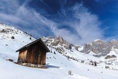 Choza alpestre en invierno fotos de archivo