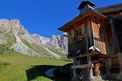 Choza alpina en Fuciade Foto de archivo