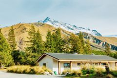 Choza alpina en pista del valle en cocinero del soporte fotografía de archivo
