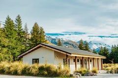 Choza alpina en pista del valle en el cocinero National Park, Nueva Zelanda del soporte fotos de archivo