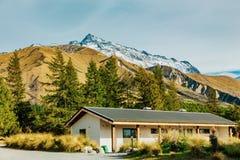Choza alpina en pista del valle en el cocinero National Park del soporte foto de archivo