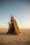 Choza amarilla en desierto tunecino Imagen de archivo libre de regalías