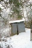 Choza arruinada en la nieve Foto de archivo libre de regalías