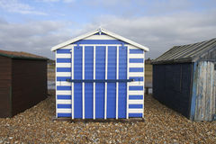 Choza azul y blanca rayada de la playa en la isla de Hayling Fotos de archivo libres de regalías